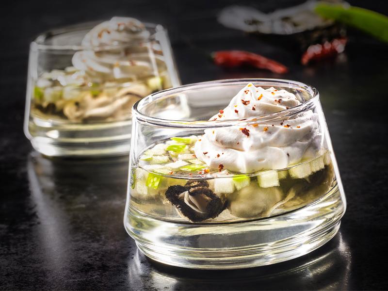 Huitres en gelée de Muscadet, crème fouettée au piment d'Espelette